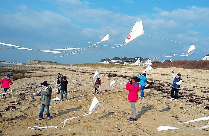 Image cerf-volant-plage-enfant Classe de découverte Côté Découvertes