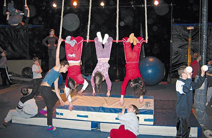 Image enfants-cirque-acrobatie Arts du cirque Classe de découverte Côté Découvertes