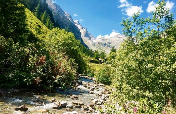 Image paysage-montagnard-riviere Classe de découverte Côté Découvertes