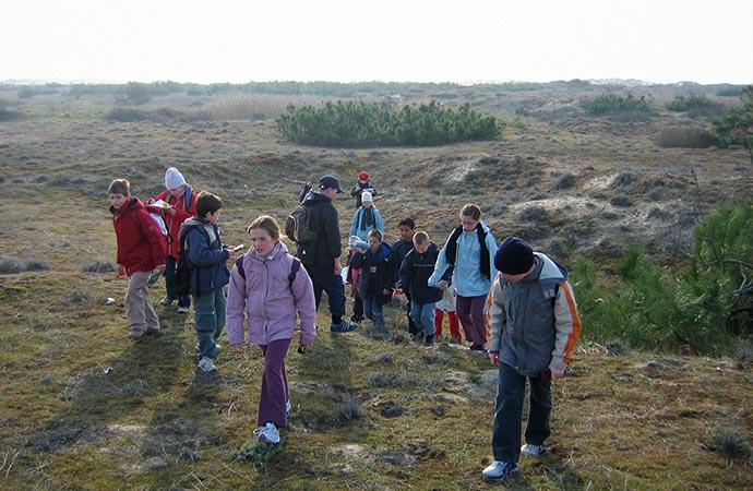 Image promenade-dune-enfants Classe de découverte Côté Découvertes