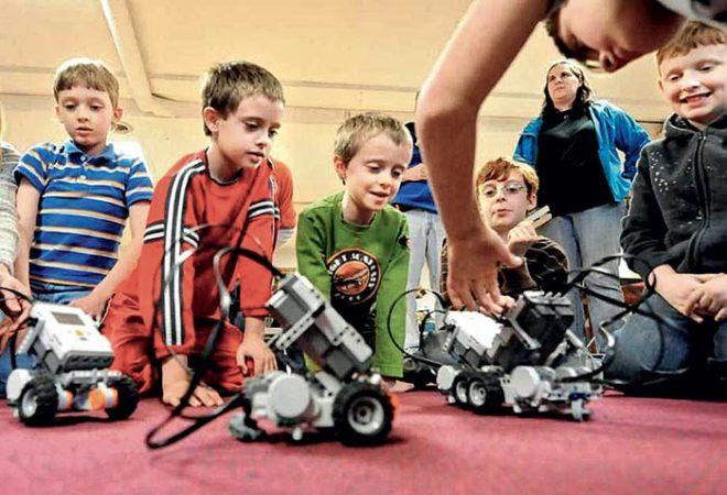 Image enfants-robot Classe de découverte Côté Découvertes